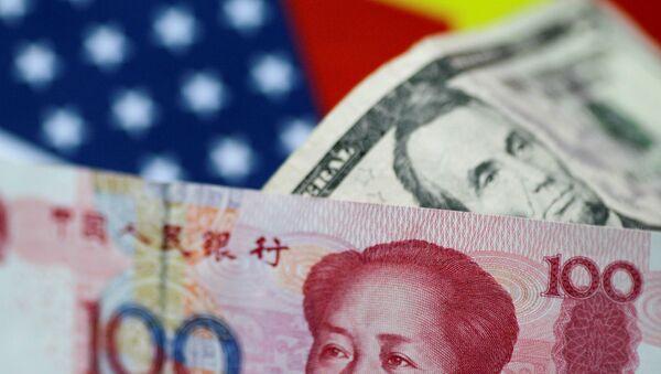 Yuanes y dólares - Sputnik Mundo