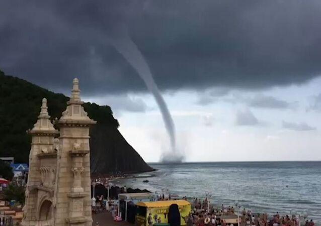Un tornado terrorífico se acerca a una playa en Rusia