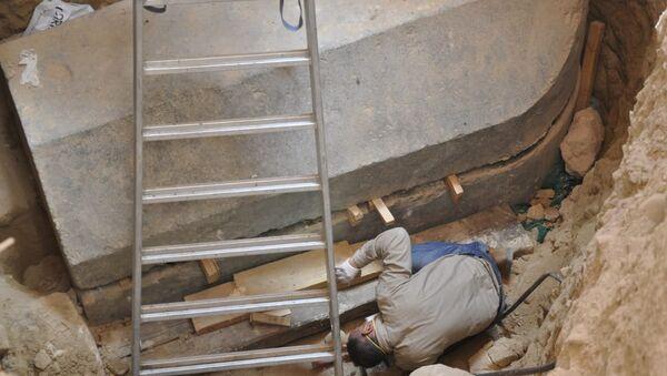 El secretario general del Consejo Supremo de Antigüedades de Egipto inspecciona el interior del sarcófago negro - Sputnik Mundo