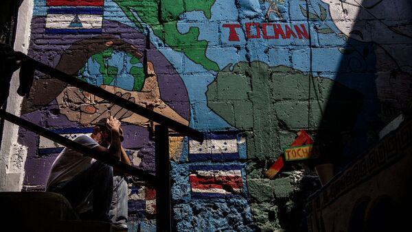 Migrante centroamericano en el albergue Casa Tochán, espera la resolución de su refugio - Sputnik Mundo