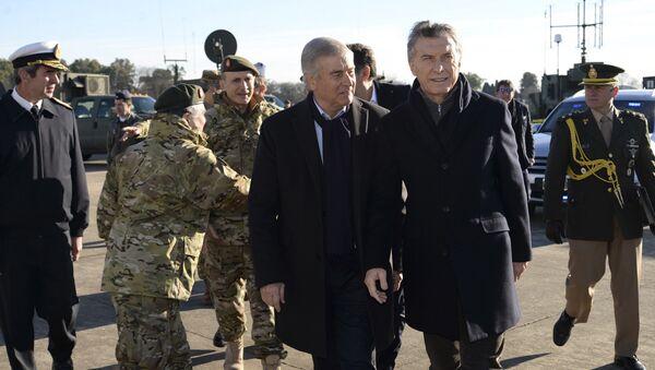 El presidente argentino Mauricio Macri, de pie a la derecha, camina con el ministro de Defensa Oscar Raúl Aguad en una sede militar en las afueras de Buenos Aires, Argentina. - Sputnik Mundo