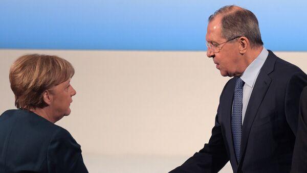 La canciller de Alemania, Angela Merkel, y el el canciller ruso, Serguéi Lavrov - Sputnik Mundo