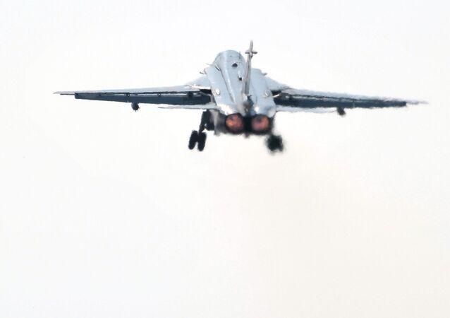 El avión Su-24 despega en Siria