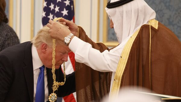 Donald Trump, presidente de EEUU, recibe de manos del rey saudí Salman bin Abdulaziz la Orden del Rey Abdulaziz, Riad, 20 de mayo de 2017 - Sputnik Mundo