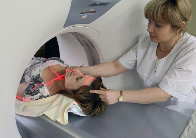 Paciente pasa por una tomografía por resonancia magnética (imagen referencial)