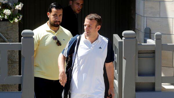 Alexandre Benalla, colaborador de la Presidencia francesa, y Emmanuel Macron, presidente de Francia - Sputnik Mundo