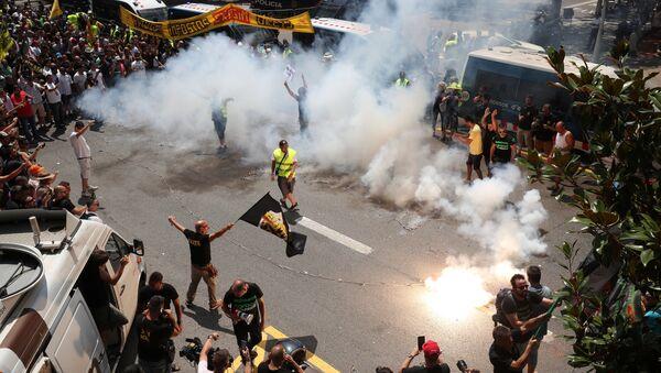 Taxistas protestan en las calles de Barcelona contra Uber o Cabify - Sputnik Mundo