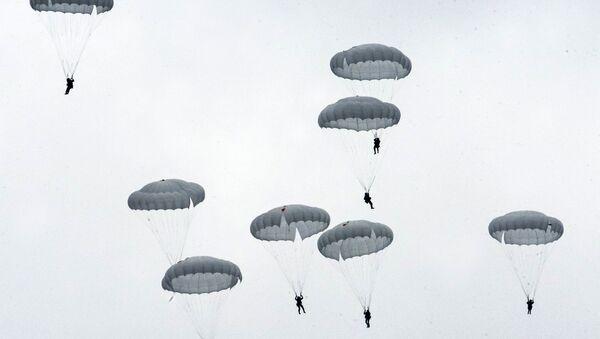 Ejercicios con paracaídas en Rusia (archivo) - Sputnik Mundo