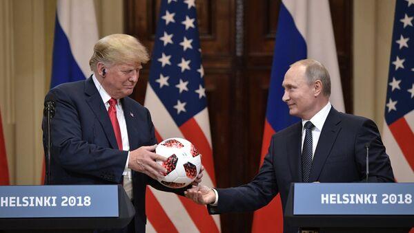 El presidente de Estados Unidos, Donald Trump y el presidente de Rusia, Vladímir Putin - Sputnik Mundo