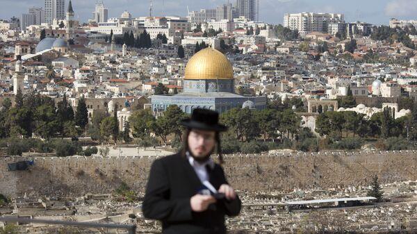 Un judio cerca de la mezquita Cúpula de la Roca en Jerusalén - Sputnik Mundo