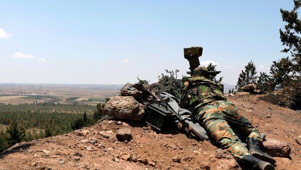 Un militar sirio en Al Quneitra - Sputnik Mundo