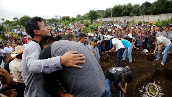 Funeral de las víctimas de la erupción del Volcán de Fuego en Guatemala - Sputnik Mundo