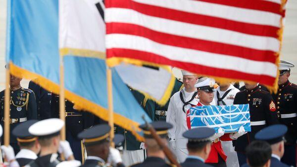 Un soldado lleva un ataúd que contiene los restos de un soldado estadounidense que murió en la guerra de Corea - Sputnik Mundo