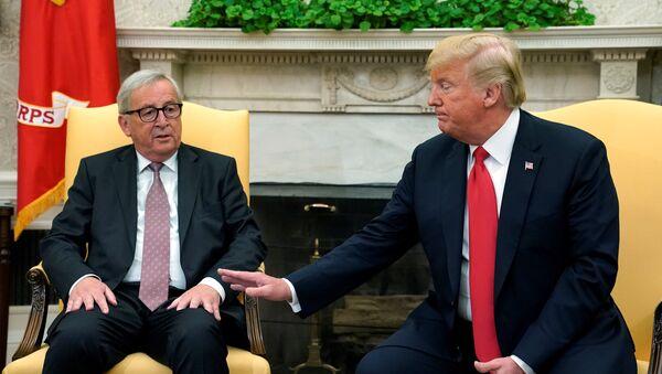 El presidente de la Comisión Europea, Jean-Claude Juncker, y el presidente estadounidense, Donald Trump - Sputnik Mundo