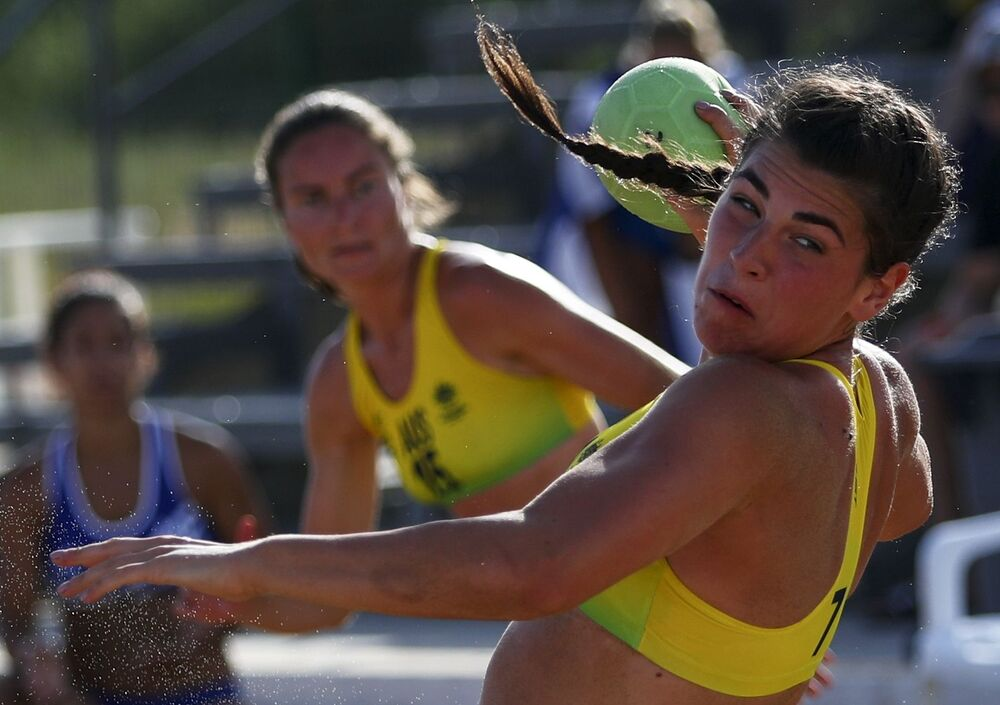 Un partido de balonmano playa entre las selecciones femeninas de Grecia y Australia.