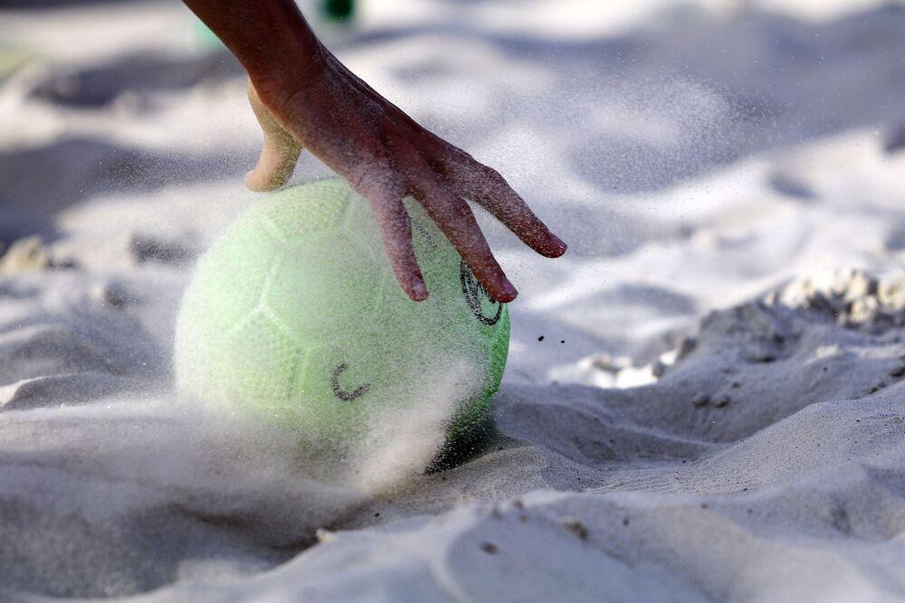 Un balón de balonmano playa