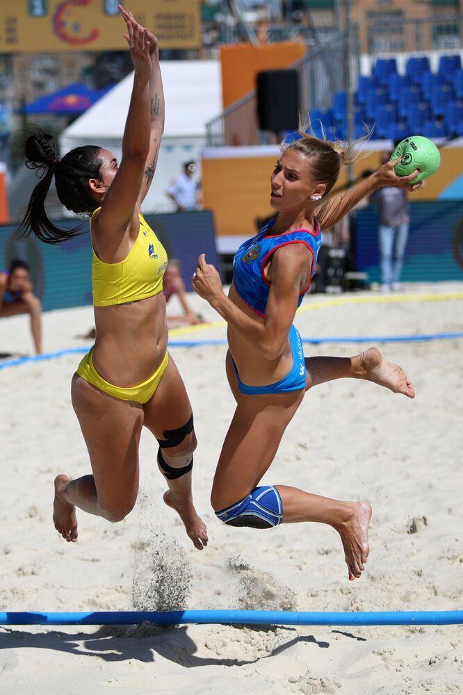Un partido de balonmano playa entre los equipos nacionales de Brasil y Rusia.