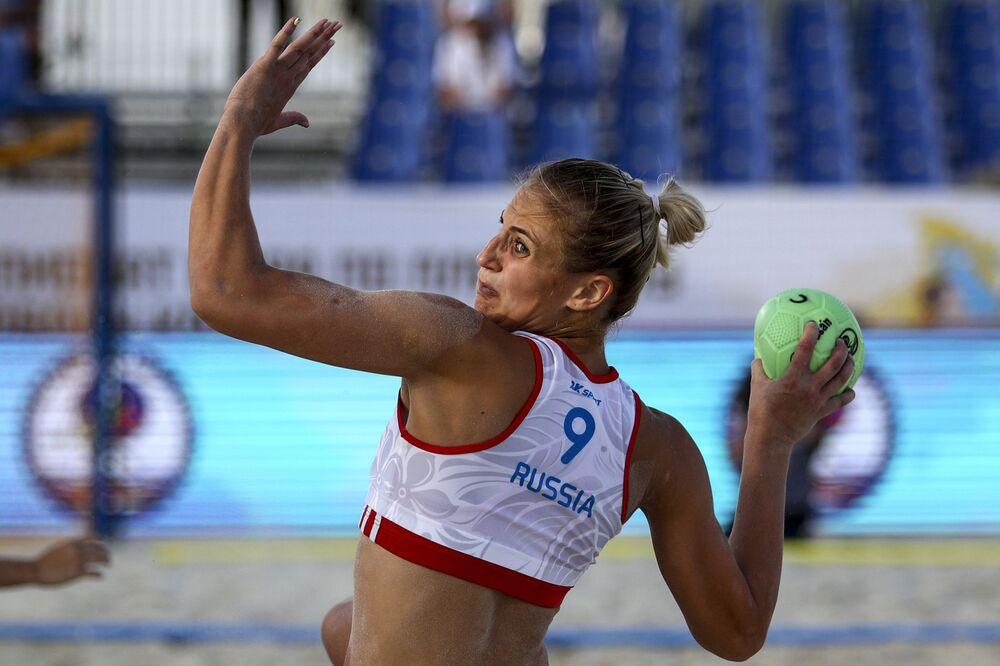 La balonmanista rusa Ksenia Diachenko durante un partido entre las selecciones nacionales de Rusia y Tailandia.