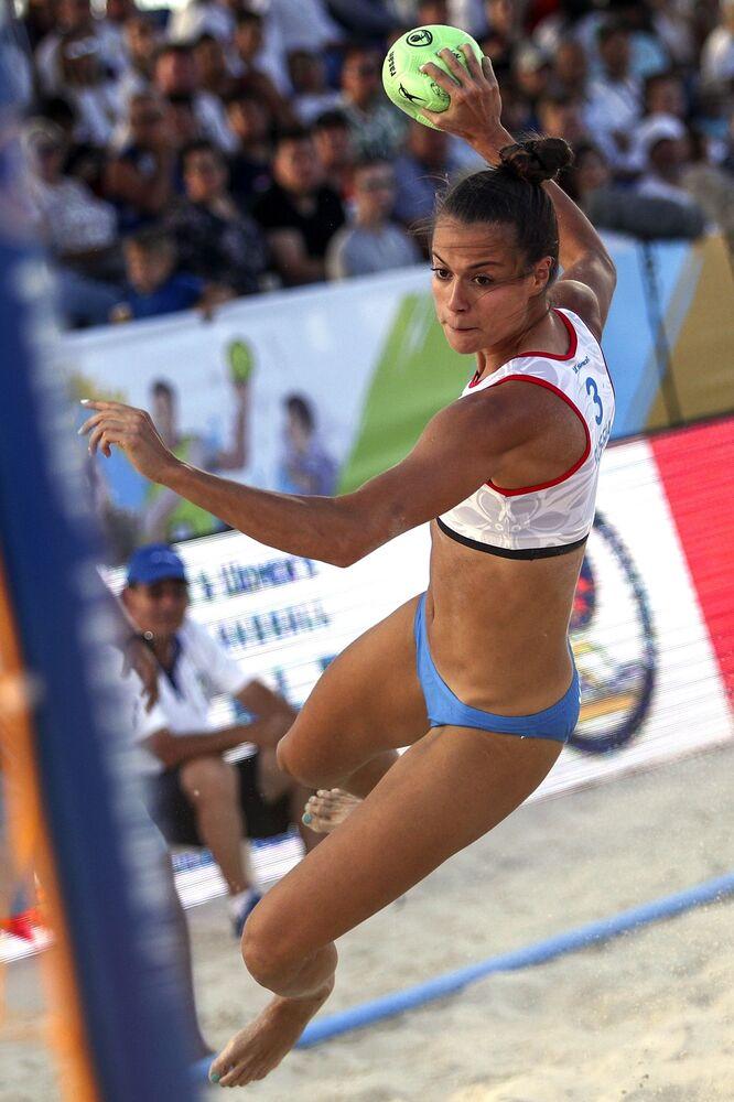La jugadora de balonmano rusa María Belova durante un partido entre las selecciones de Rusia y Tailandia.