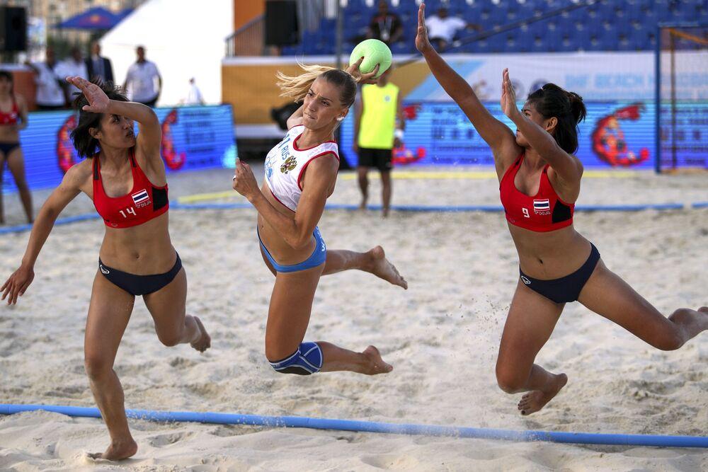 Un partido de balonmano playa entre las selecciones nacionales de Tailandia y Rusia.