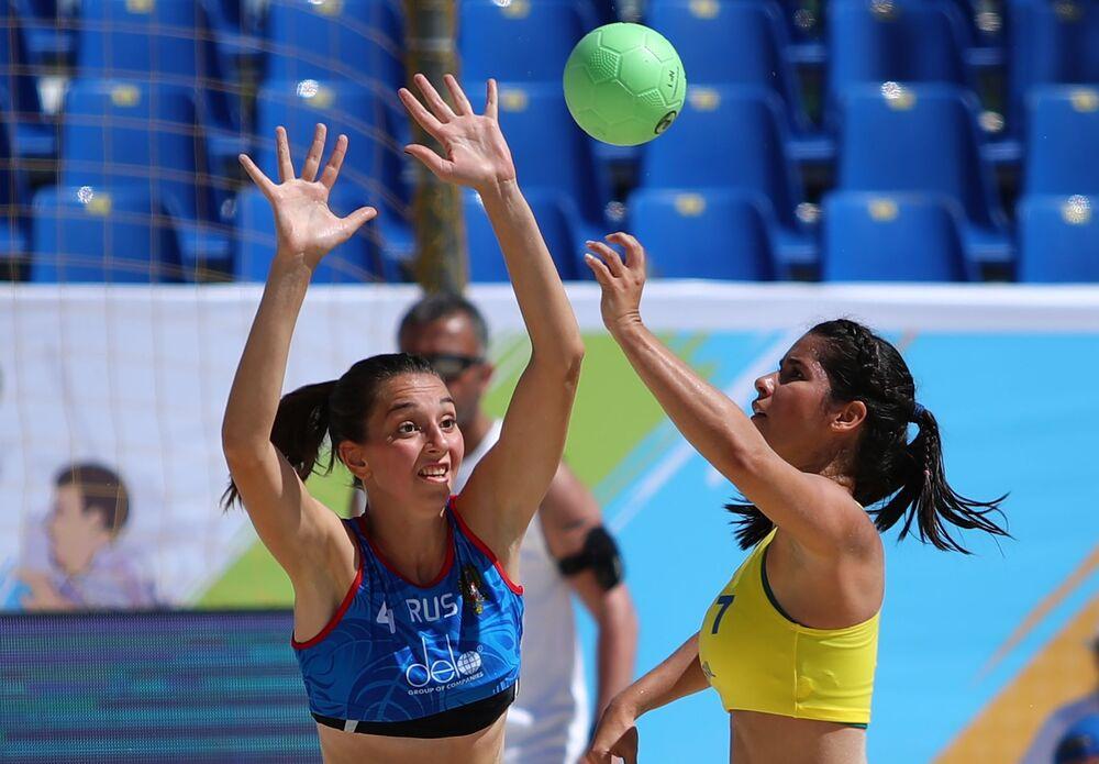 Un partido entre las selecciones de balonmano de playa de Brasil y Rusia.