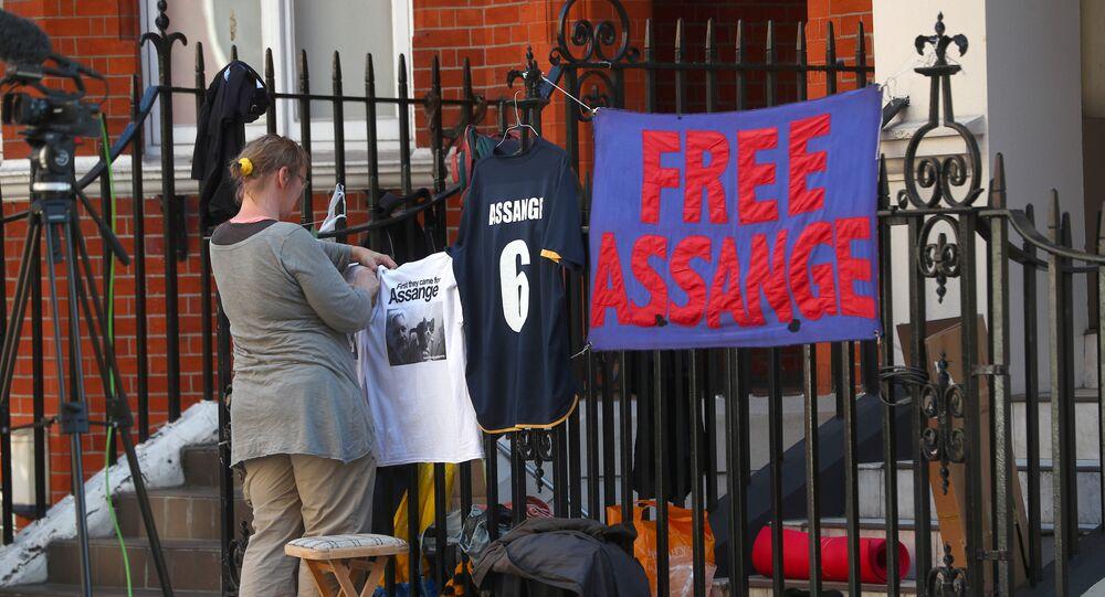 Activistas en la puerta de la Embajada de Ecuador en el Reino Unido (archivo)