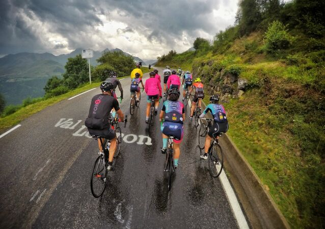 Ciclistas del proyecto 'Donnons des elles au vélo' en su vuelta a Francia