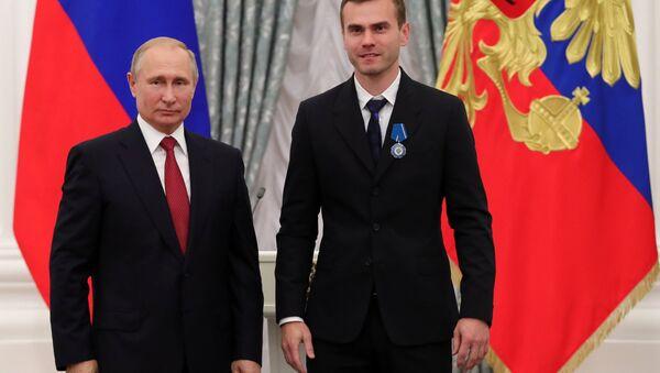 Vladímir Putin, presidente de Rusia, con el capitán y portero de la selección rusa Ígor Akinféev - Sputnik Mundo