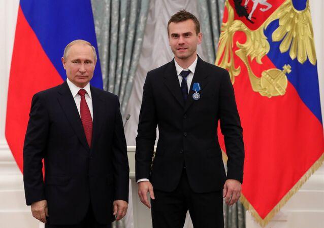 Vladímir Putin, presidente de Rusia, con el capitán y portero de la selección rusa Ígor Akinféev