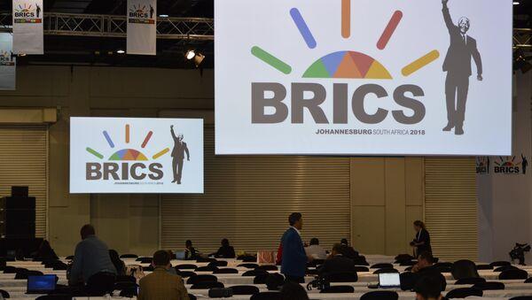 Logo de la cumbre de los BRICS en Sudáfrica (archivo) - Sputnik Mundo