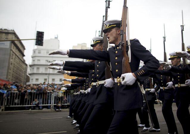 Soldados argentinos durante un desfile militar en Buenos Aires (archivo)