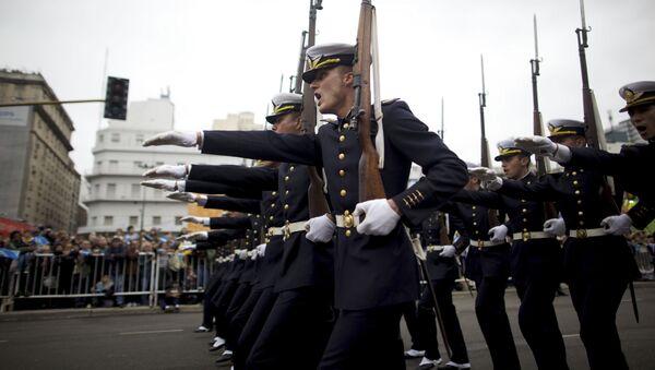 Soldados argentinos durante un desfile militar en Buenos Aires (archivo) - Sputnik Mundo