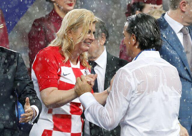 La presidenta de Croacia, Kolinda Grabar-Kitarovic y el técnico croata, Zlatko Dalic durante la final del Mundial Rusia 2018