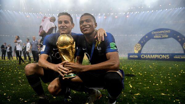 Dos jugadores de la selección de Francia tras haber ganado el Mundial de fútbol - Sputnik Mundo