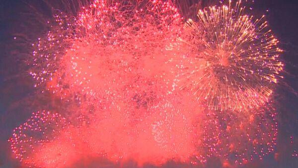 Los espectaculares fuegos artificiales culminan el Día de la Armada rusa - Sputnik Mundo