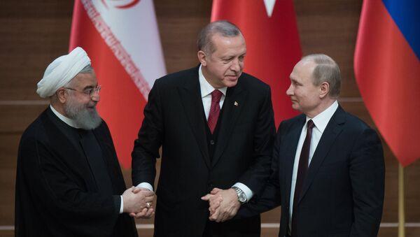 El presidente de Irán, Hasán Rohaní, el presidente turco, Recep Tayyip Erdogan, y el presidente de Rusia, Vladímir Putin - Sputnik Mundo