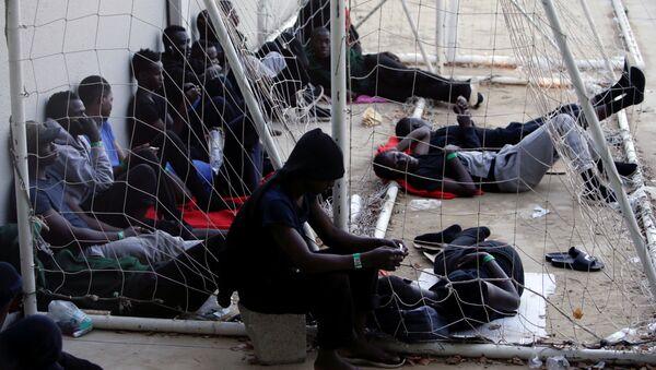 Los migrantes en un pabellón deportivo en España - Sputnik Mundo