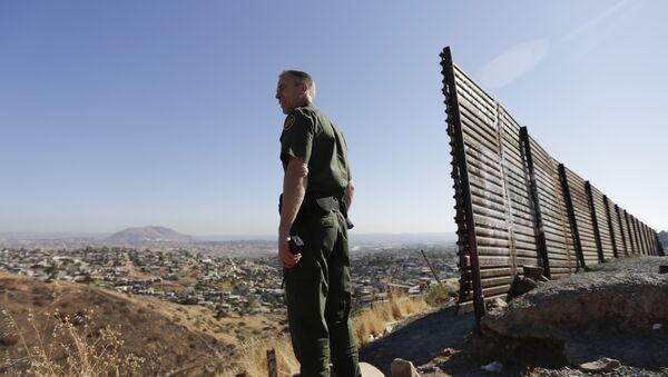 Un oficial estadounidense en la frontera con México - Sputnik Mundo