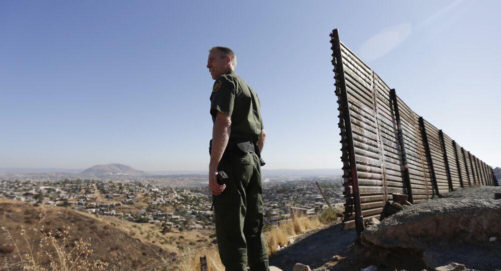 Un oficial estadounidense en la frontera con México