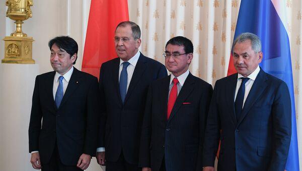 El ministro japonés de Defensa, Itsunori Onodera, el canciller ruso, Serguéi Lavrov, el canciller japonés, Taro Cono, y el ministro ruso de Defensa, Serguéi Shoigú - Sputnik Mundo