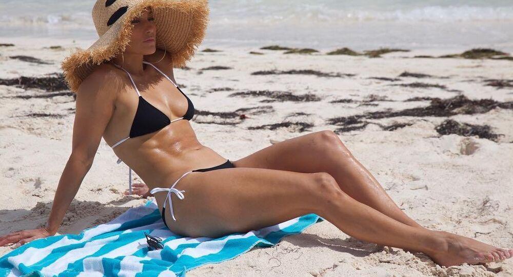 Jennifer López celebra su cumpleaños 49 en la playa