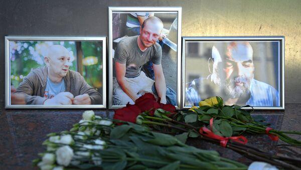Flores en memoria de tres periodistas rusos asesinados en la República Centroafricana - Sputnik Mundo