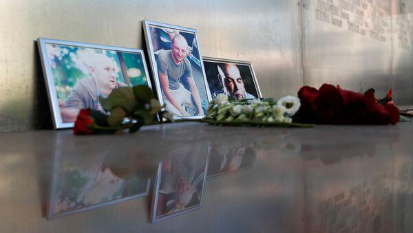 Las fotografías de los periodistas, (R-L) Orhan Dzhemal, Kirill Radchenko y Alexander Rastorguyev, que fueron asesinados recientemente en la República Centroafricana - Sputnik Mundo