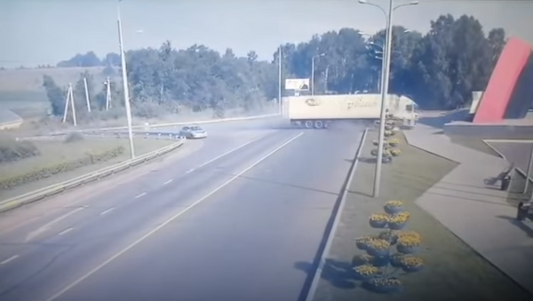 Un camión con vodka se hace añicos tras chocar a gran velocidad contra un monumento - Sputnik Mundo