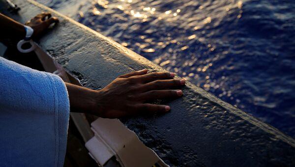 Los migrantes en un barco en Mediterráneo - Sputnik Mundo