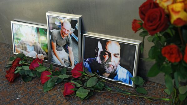 Las fotografías de los periodistas, (R-L) Orhan Dzhemal, Kirill Radchenko y Alexander Rastorguyev, que fueron asesinados en la República Centroafricana - Sputnik Mundo