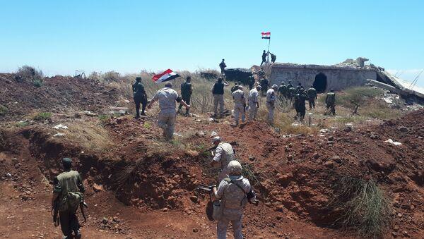 Soldados sirios alzan su bandera junto con la Policía militar rusa - Sputnik Mundo