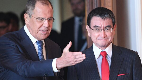 El ministro de Asuntos Exteriores de Japón, Taro Kono, y el ministro de Asuntos Exteriores de Rusia, Serguéi Lavrov (archivo) - Sputnik Mundo
