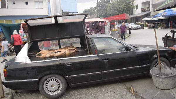 Un ciudadano serbio de la localidad de Stragari convirtió un vehículo BMW en una parrilla sobre ruedas - Sputnik Mundo