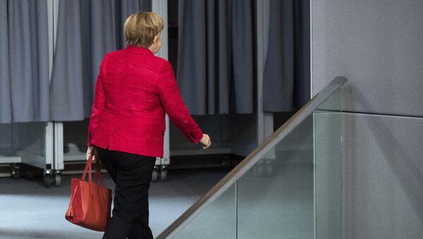 German Chancellor Angela Merkel leaves a plenary session of German parliament Bundestag in Berlin, Tuesday, Nov. 21, 2017 - Sputnik Mundo